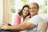 Casal sênior relaxando em casa — Foto Stock