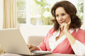 Senior Woman Using Laptop At Home — Stockfoto