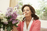 Senior Woman At Home Arranging Flowers — Stock Photo