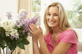 Woman At Home Arranging Flowers — Stock Photo