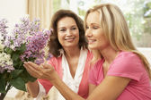 Senior Woman And Daughter At Home Arranging Flowers — Stock Photo