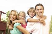 Portret van gelukkige familie in tuin — Stockfoto
