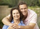 Senior donna essere abbracciata dal figlio adulto — Foto Stock