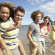 Group Of Young Friends Walking Along Summer Shoreline — Stock fotografie
