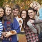 Grupp sex tonåriga vänner ha kul i höst park — Stockfoto