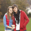 romantische teenage couple walking through herbstlandschaft — Lizenzfreies Foto