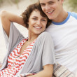 romantische junge couple embracing on beach — Stockfoto