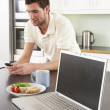 Young Man With Laptop In Modern Kitchen About To Eat Meal — Stock Photo