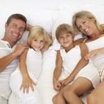 familjen liggande — Stockfoto