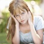 kobieta nastoletnią student studiuje w parku patrząc zdziwiony — Zdjęcie stockowe