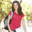 teenage studentin im park — Stockfoto