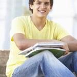 manlig teenage student sitter utanför på college steg — Stockfoto