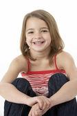 スタジオで座っている若い女の子 — ストック写真