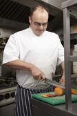 Mâle chef préparer des légumes dans la cuisine du restaurant — Photo