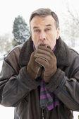 Último homem do lado de fora na paisagem de neve aquecer as mãos — Fotografia Stock