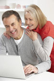Senior Couple Using Laptop At Home — Стоковое фото