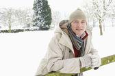 Homem do lado de fora na paisagem de neve — Fotografia Stock