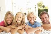Familjen sittande — Stockfoto
