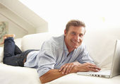 Man Using Laptop Relaxing — Stockfoto