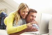 пара, используя ноутбук отдыха — Стоковое фото