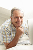 Senior Man Using Laptop — Stockfoto