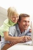 Otec a syn pomocí přenosného počítače — Stock fotografie