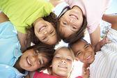 Vijf jonge vrienden permanent — Stockfoto