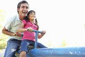 Père et fille sur voir vu dans l'aire de jeux — Photo