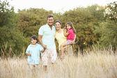 Familia al aire libre — Foto de Stock