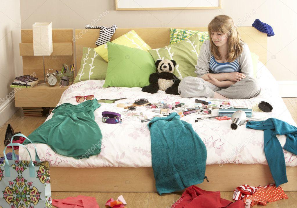 Ragazza adolescente nella camera da letto disordinata — foto stock ...