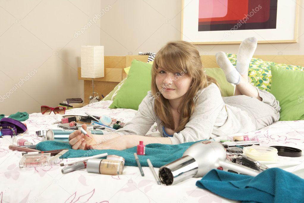 Tienermeisje in onordelijk slaapkamer schilderij nagels stockfoto monkeybusiness 4836027 - Schilderij voor meisje slaapkamer ...