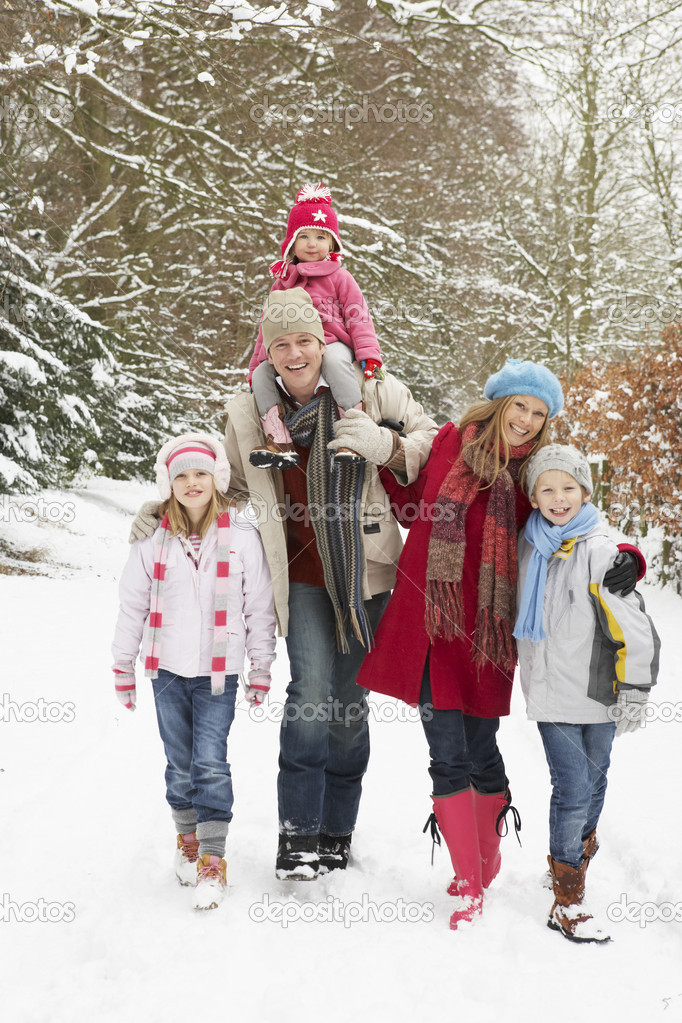 Family Walking Through Snowy Woodland — Foto Stock #4836152