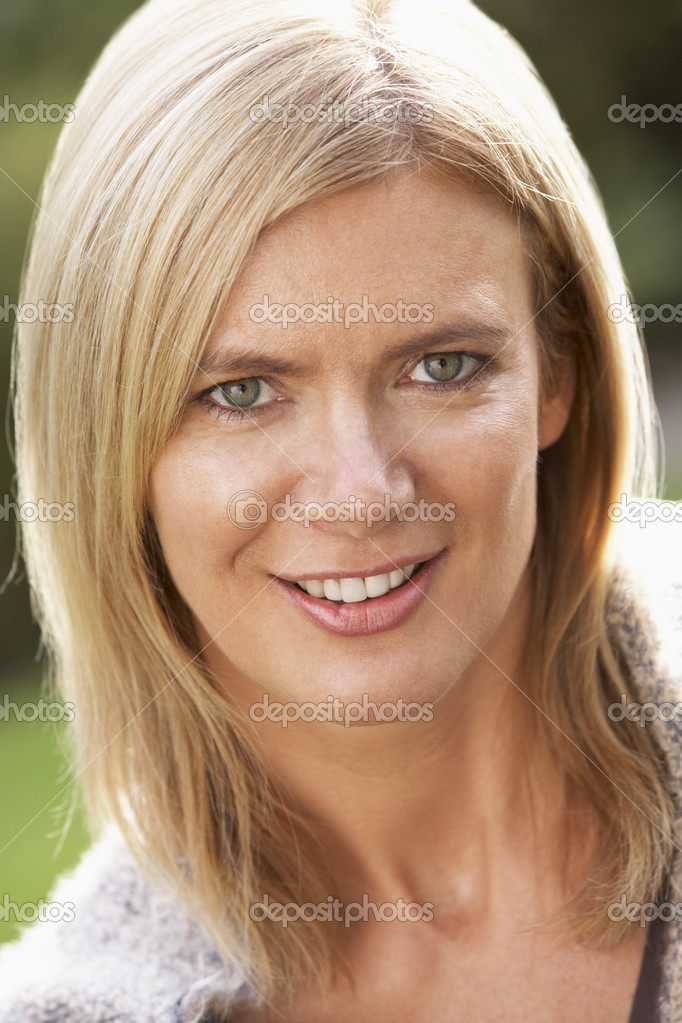 Close Up Portrait Of Smiling Blonde Woman Outdoors — Stock Photo #4836430