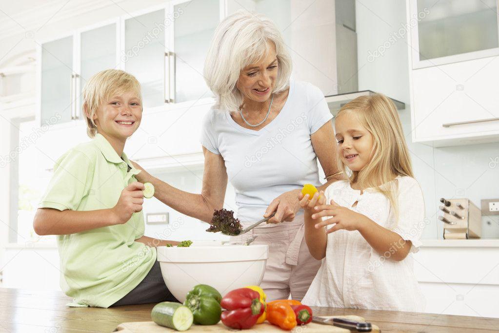 Старуха и внук на кухне 14 фотография