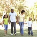 Portrait de famille heureuse, marcher dans le parc — Photo