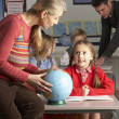 Teachers Giving Geography Lesson To Primary School Children In C — Stock Photo