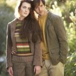 porträtt av romantiska unga par i Höstlandskap — Stockfoto