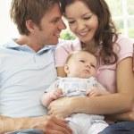 caricias de bebé recién nacido en casa de los padres — Foto de Stock