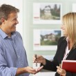 immobilier femme remise des clefs de maison neuve au client — Photo