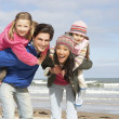 Family Walking Along Winter Beach — Foto Stock