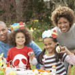 Family Painting Easter Eggs In Gardens - Stockfoto