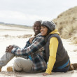 Romantic Young Couple On Winter Beach — Stockfoto
