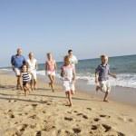 Retrato de familia de tres generaciones en vacaciones en la playa — Foto de Stock