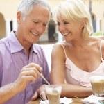 Senior par disfrutar de café y pastel en caf — Foto de Stock