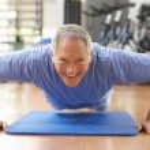 Senior mannen gör press ups i gym — Stockfoto