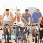 grupp i spinning klass i gym — Stockfoto