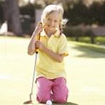 chica joven practicando golf en poner en verde — Foto de Stock