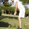 giocatore di golf femminile sul campo da golf putting green — Foto Stock