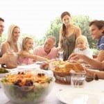 una famiglia, con genitori, bambini e nonni, Godetevi un picni — Foto Stock