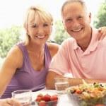Senior couple eating outdoors — Stock Photo